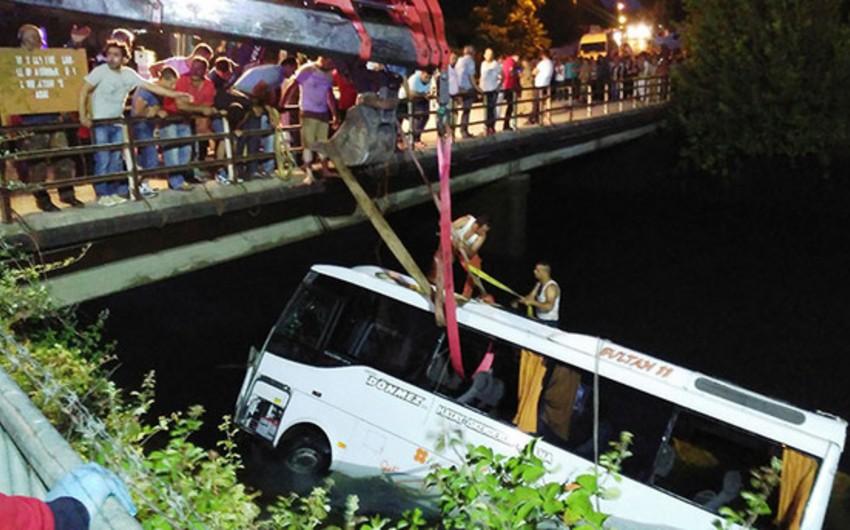 Türkiyədə ekskursiya avtobusu su kanalına düşüb: 14 ölü, 26 yaralı