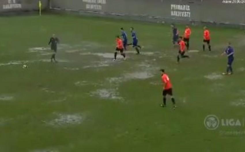 В Румынии рефери заставил футболистов играть на стадионе, где газон после дождя был полностью в воде - ВИДЕО