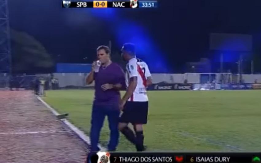 В Боливии недовольный своей заменой футболист напал на тренера - ВИДЕО