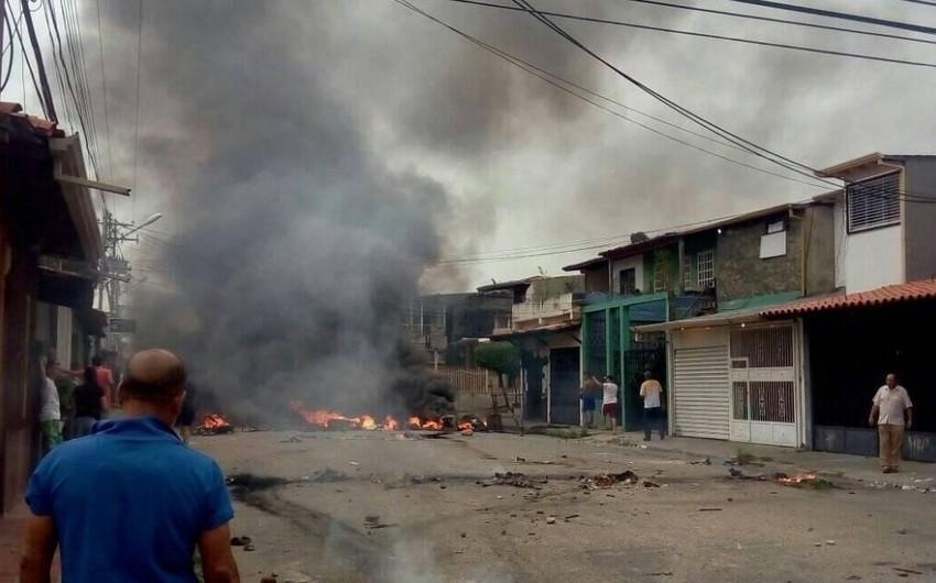 Venesuelada etiraz aksiyası zamanı Uqo Çavesin evi yandırılıb