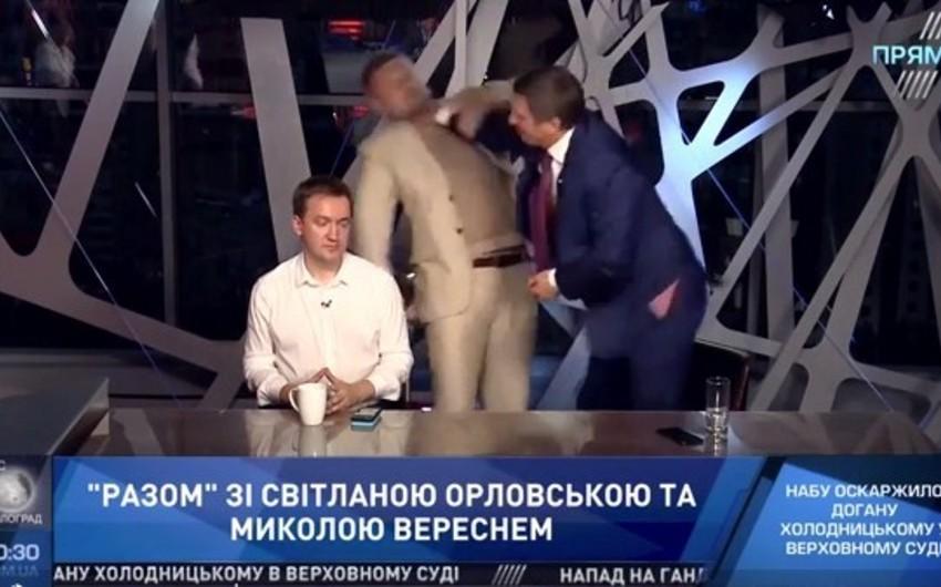 Ukraynada deputatlar canlı efirdə əlbəyaxa olublar - VİDEO