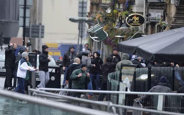 Испанская полиция арестовала 23 фаната за драку перед матчем между Севильей и Бетисом