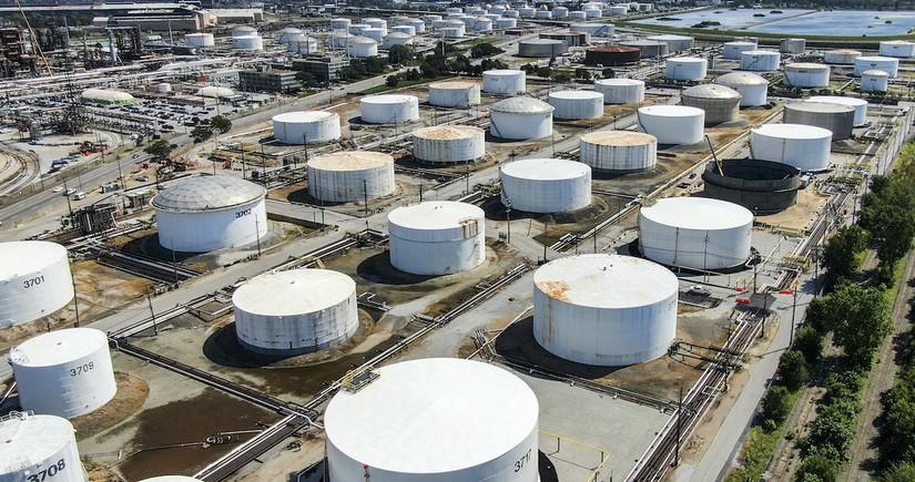 ABŞ-da ehtiyatların artması məlumatı fonunda neft ucuzlaşır