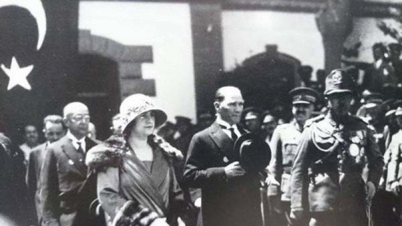 Atatürk həyat yoldaşı ilə birgə bayramı qeyd edir