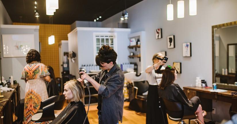Сегодня открываются парикмахерские и салоны красоты