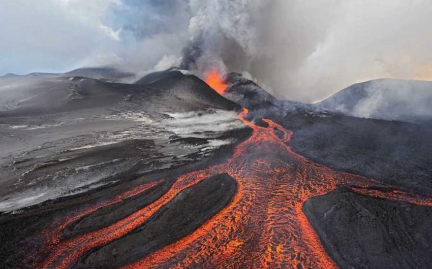 Yaponiyada vulkan püskürüb