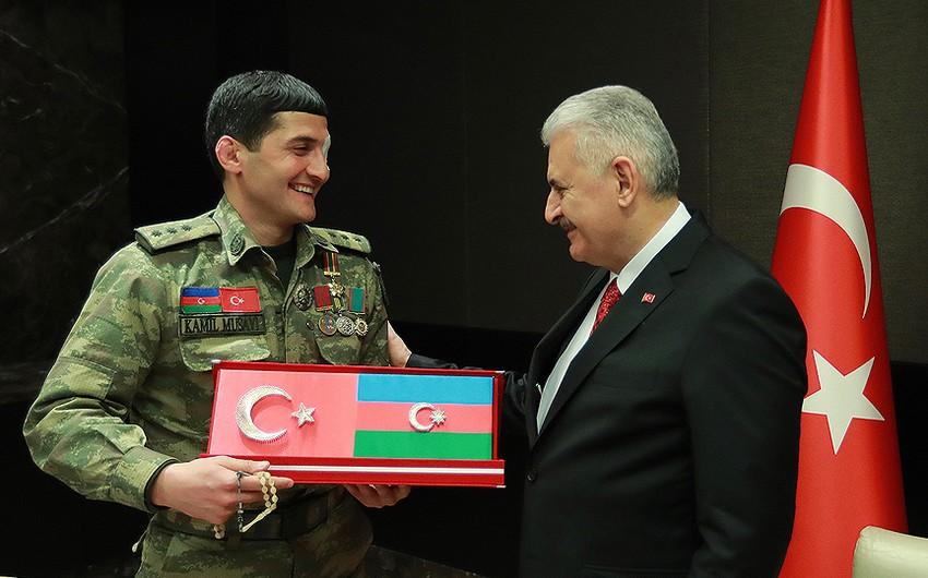 Türkiyə hökumətinin başçısı Qarabağ qazisi ilə görüşüb