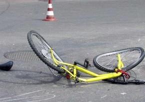 Avtomobil velosiped sürən yeniyetməni vurdu