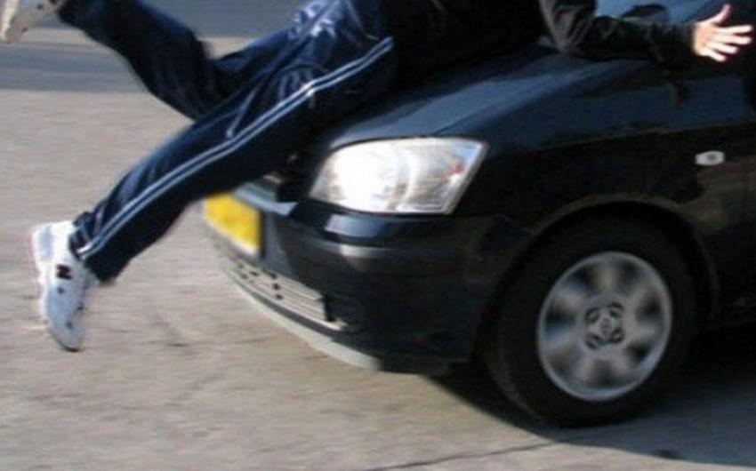Abşeronda avtomobilin vurduğu piyadanın boynu sındı