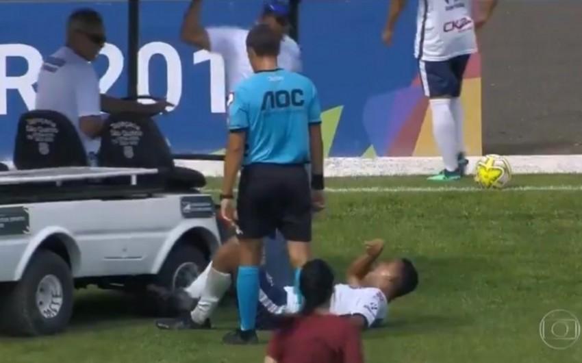 Braziliyada tibbi personalı meydançaya gətirən elektromobil zədəli futbolçunun ayağının üstündən keçib