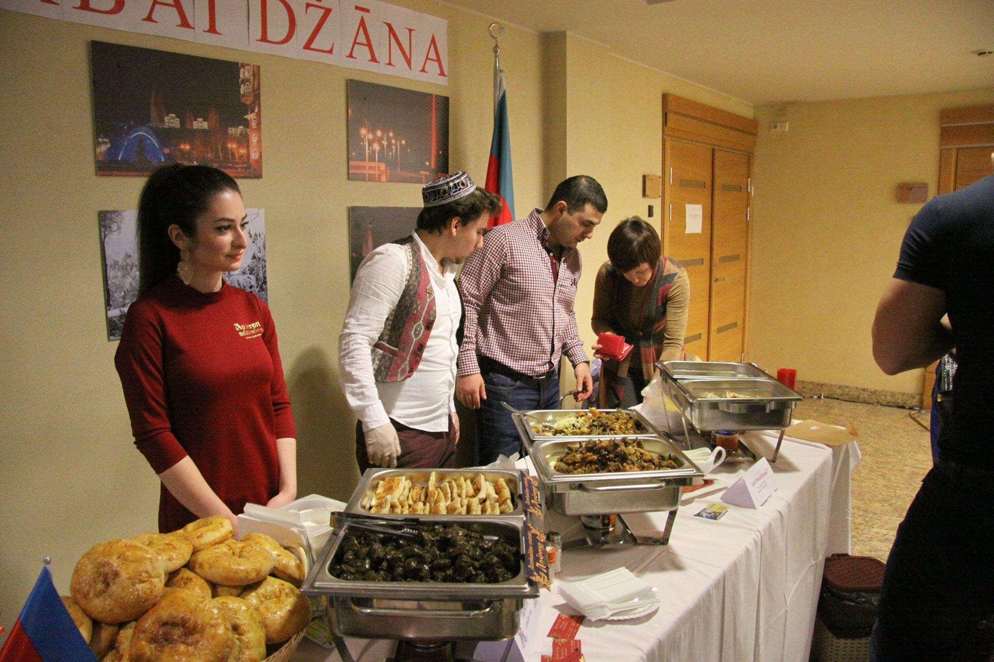 Azərbaycanlı diplomatlar Riqada keçirilən Milad xeyriyyə yarmarkasında iştirak ediblər - FOTO