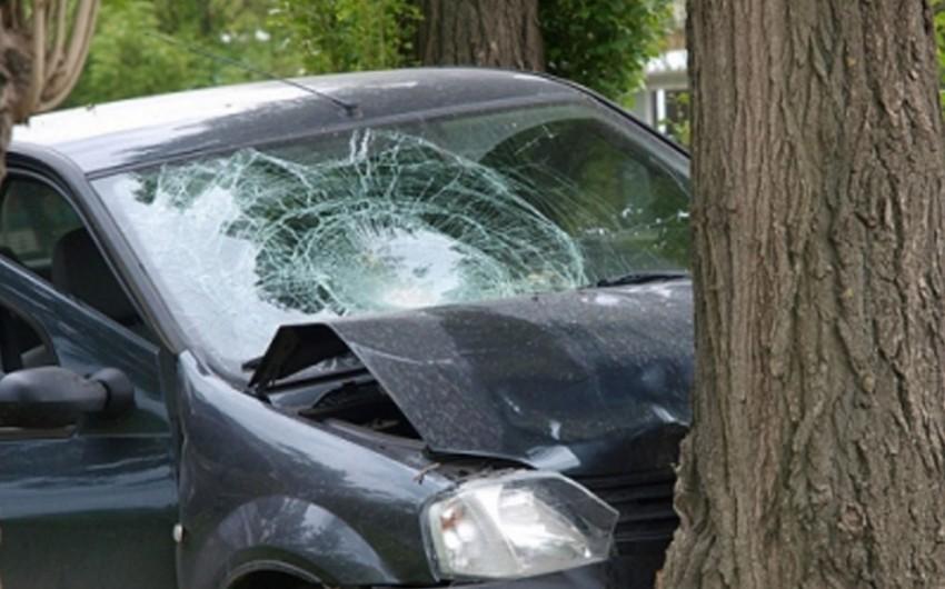 Xaçmazda avtomobil ağaca çırpılıb, iki nəfər ağır yaralanıb
