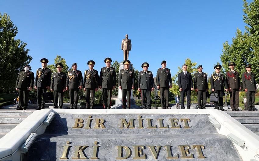 Azərbaycan Ordusunun Baş Qərargah rəisi Ankarada Heydər Əliyev Parkını ziyarət edib