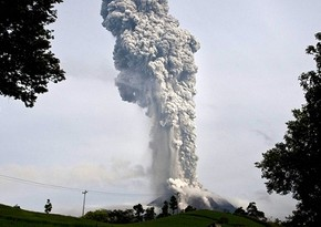 Вулкан Синабунг в Индонезии выбросил столб пепла на высоту 5 км
