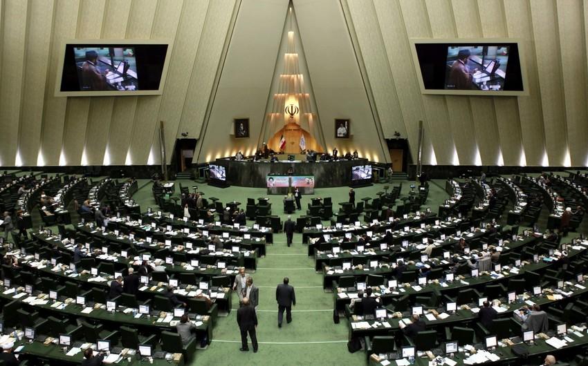 İran palamentində dava düşüb, deputatlar Mərkəzi Bankın sədrini kürsüdən zorla endirmək istəyiblər - VİDEO
