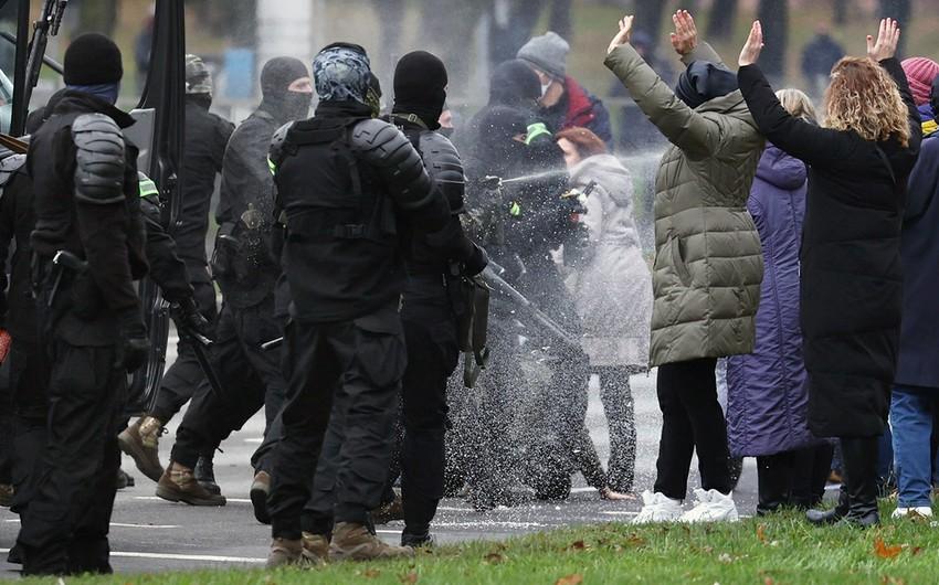 Ermənistanda deputatın anası etirazçıların üzərinə qaynar su töküb