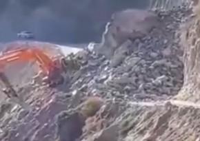 В Кяльбаджаре на экскаватор упали обломки скалы, водитель погиб