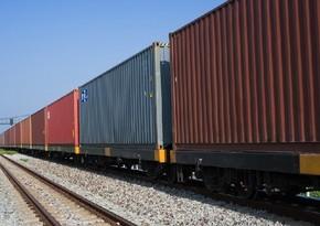 Двигающийся по БТК поезд из 82 контейнеров достиг Баку