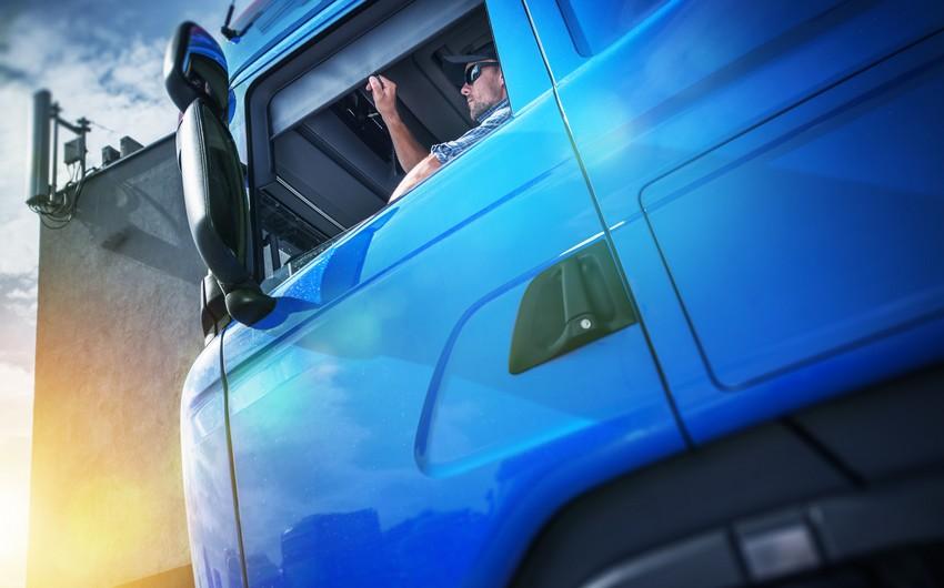 KamAZı yol kənarında saxlayan sürücü sükan arxasında ölüb
