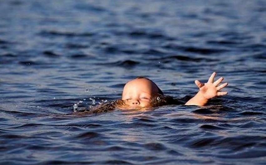 Xaçmazda məmurun 2 yaşlı övladı hovuzda boğuldu