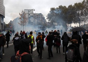 Полиция Парижа применила слезоточивый газ и водометы на акции протеста