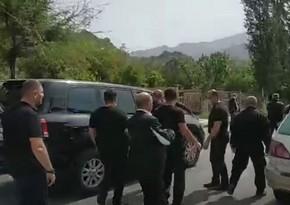Zəngəzurda Paşinyanın avtomobilinə hücum oldu, mühafizəçisinin paltarı cırıldı - VİDEO