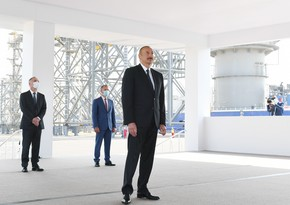 President Ilham Aliyev congratulates oil workers