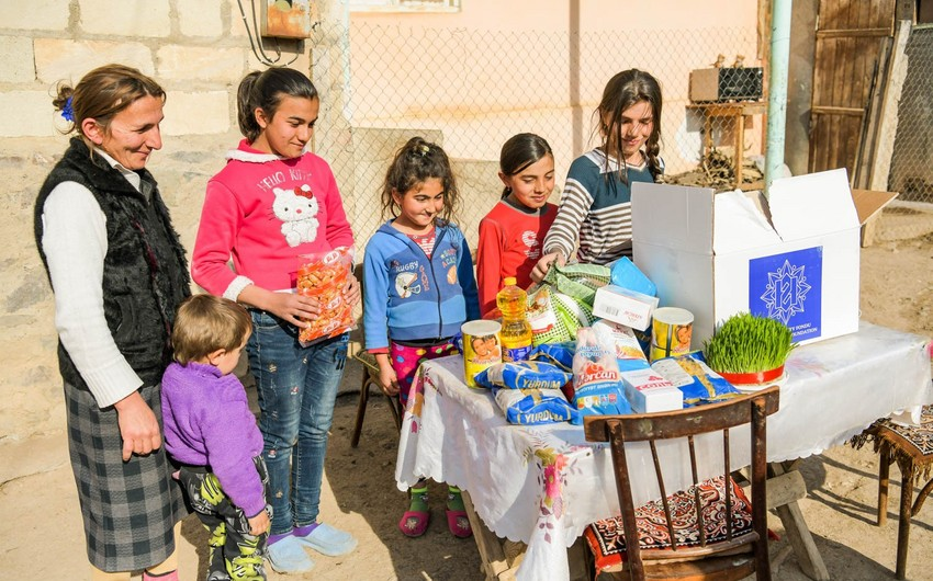 Фонд Гейдара Алиева раздает малообеспеченным семьям традиционные подарки по случаю Новруза