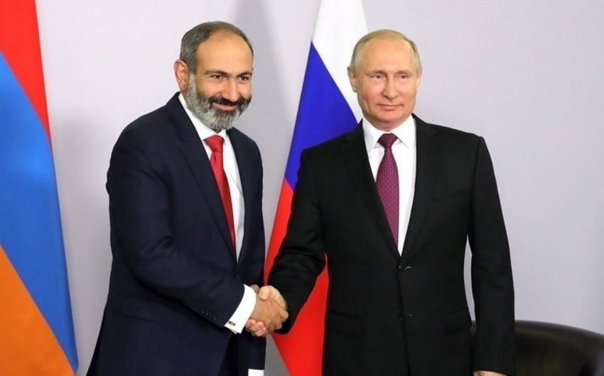 Paşinyan Putinlə görüşü zamanı 4 dəqiqəlik çıxışında 10 dəfə şparqalkaya baxıb
