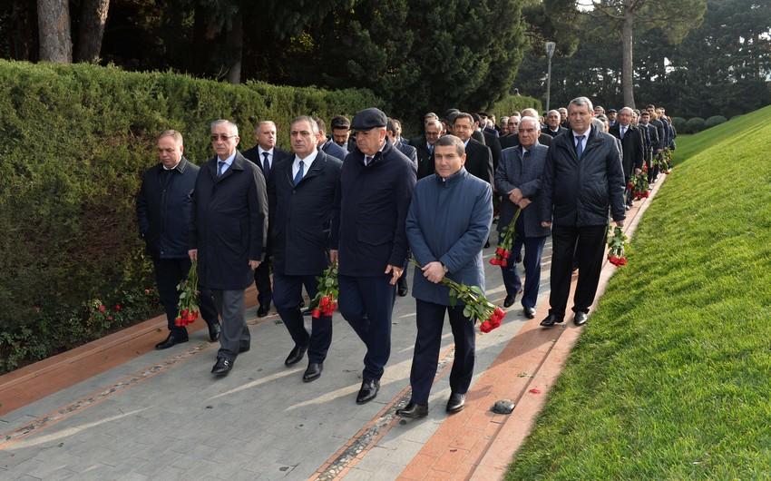 SOCAR rəhbərliyi ulu öndər Heydər Əliyevin məzarını ziyarət edib