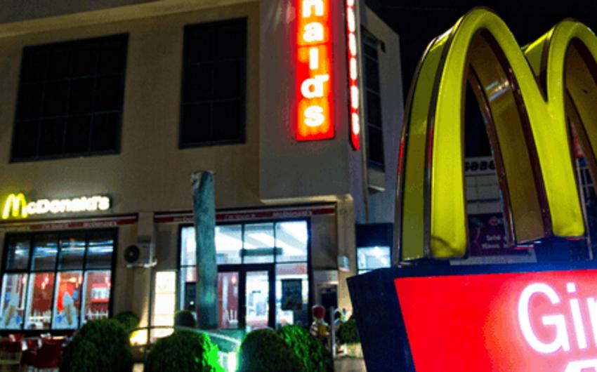 В Баку у посетительницы ресторана McDonalds украли сумку, в которой были 1000 манатов и телефон