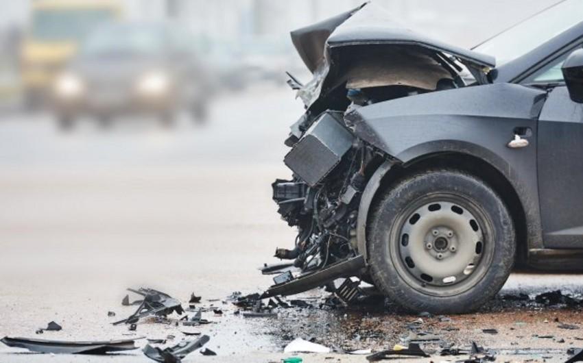 Biləsuvarda yol qəzası baş verib, sürücü avtomobilin ön şüşəsindən çölə düşüb