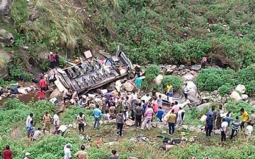 Hindistanda avtobus dərəyə aşıb, 45 nəfər ölüb