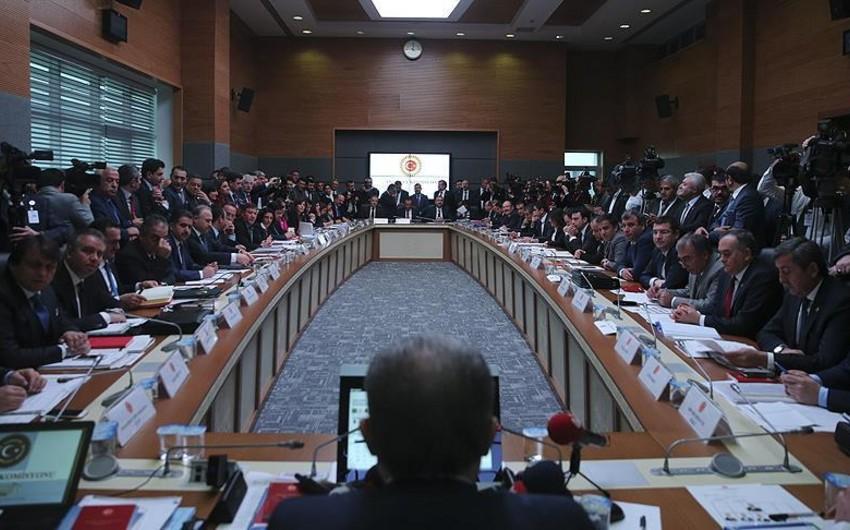 Türkiyə parlamentinin komissiyası konstitusiyaya dəyişikliklər layihəsini təsdiqləyib