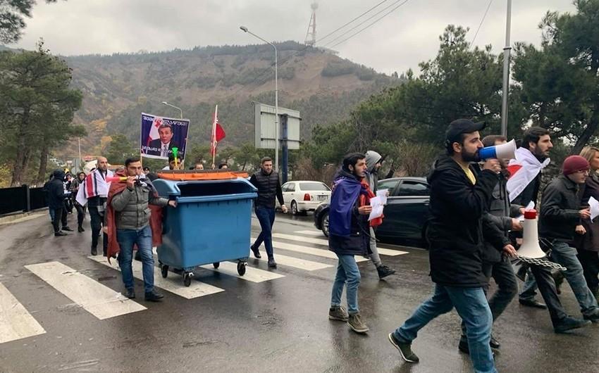Tbilisidə Gürcüstanın hakim partiyasının sədrinə qarşı etiraz aksiyası keçirilib