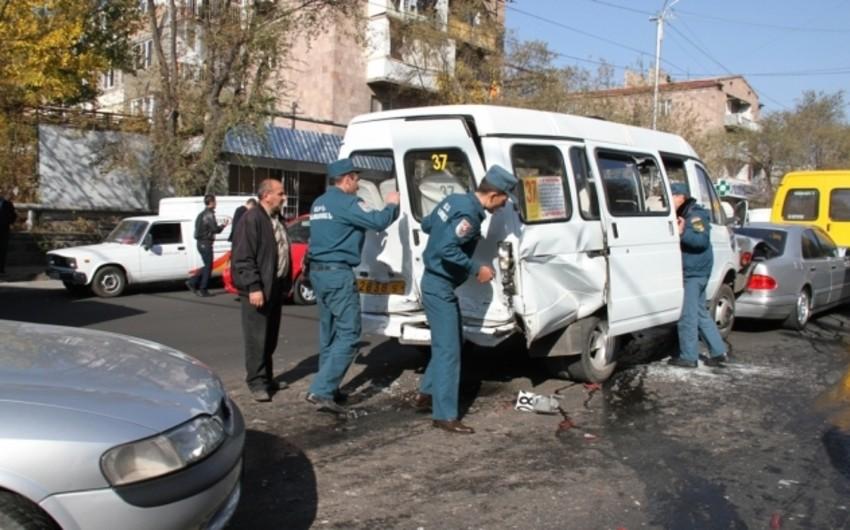 Ermənistanda 50-dən çox avtomobil toqquşub, yaralılar var