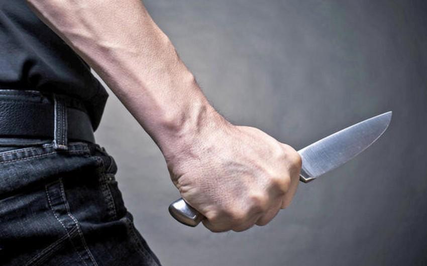 В Насиминском районе ранили ножом молодого человека