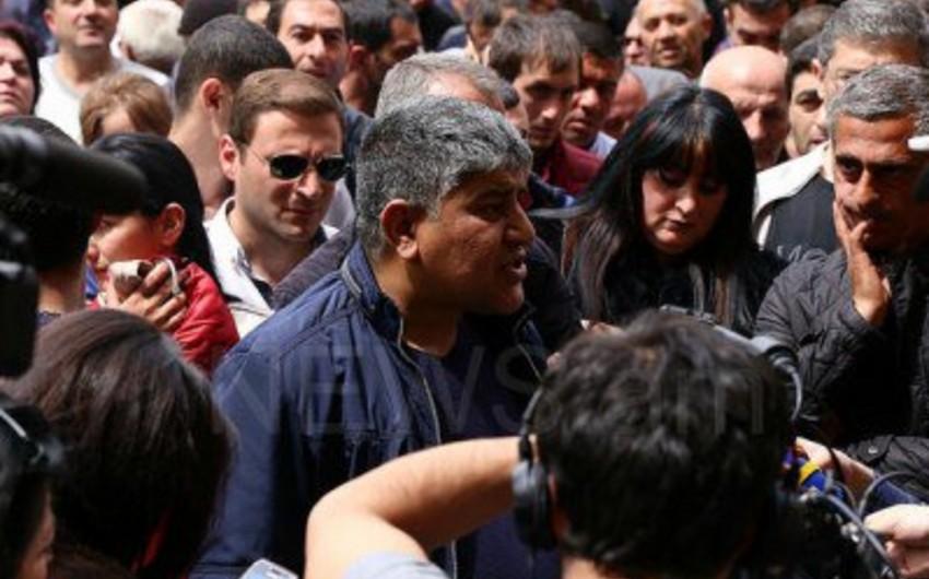Ermənistanda sahibkarlar parlamentin qarşısında etiraz aksiyası keçirirlər