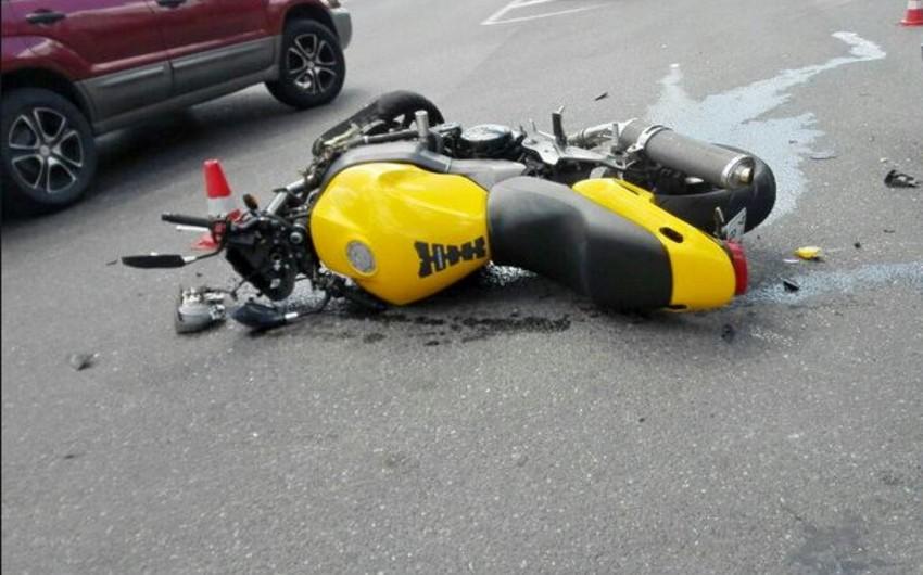 Neftçalada avtomobil motosikletlə toqquşub, 4 nəfər yaralanıb