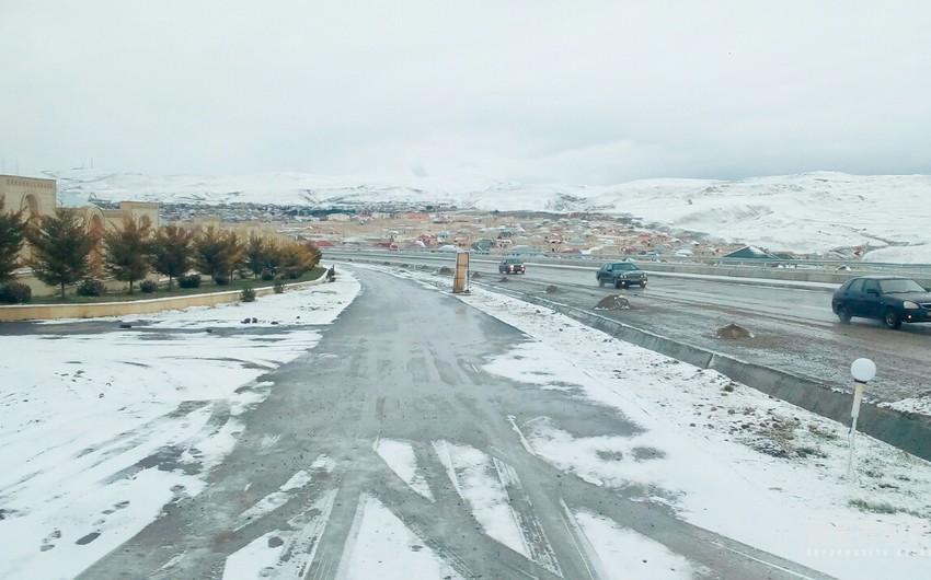 Bakı - Şamaxı yolu buz bağlayıb, nəqliyyatın hərəkəti çətinləşib - FOTO