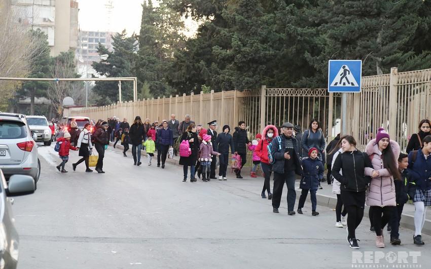 Bakıda orta məktəbin qapılarının bağlanması valideyn və şagirdləri narazı salıb - VİDEO