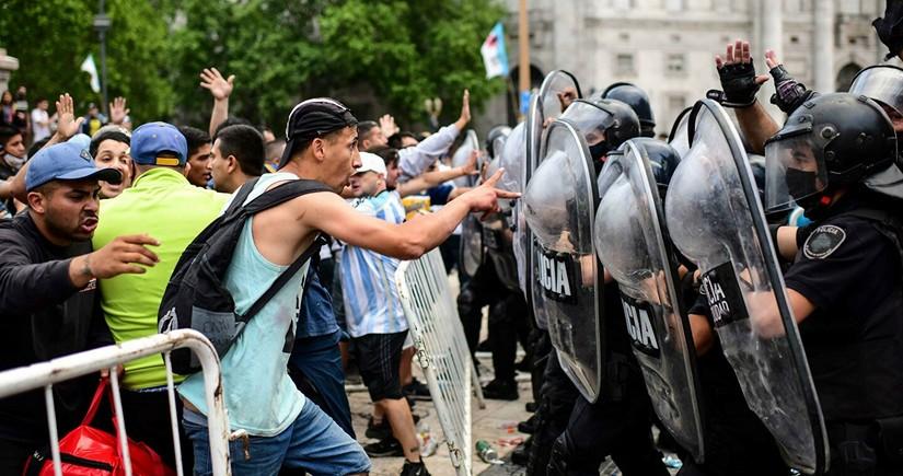 В Буэнос-Айресе начались столкновения между полицией и фанатами Марадоны