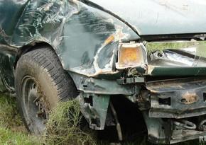 Neftçalada avtomobil beton maneəyə çırpıldı, sürücü yaralandı