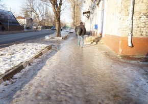 A man dies in Baku after falling on icy road