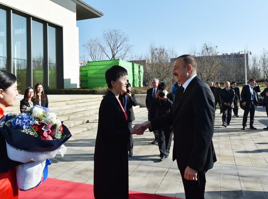 Президент Ильхам Алиев побывал в Выставочном центре компании Huawei в Пекине