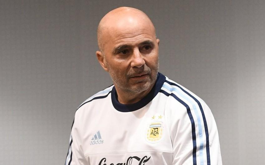 Futbol azarkeşləri Argentina komandasının baş məşqçisinə butılka atıblar