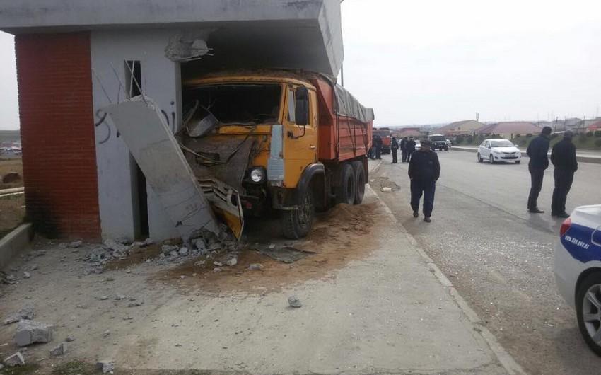 Bakı-Şamaxı-Yevlax avtomobil yolunda KaMAZ dayanacağa çırpılıb