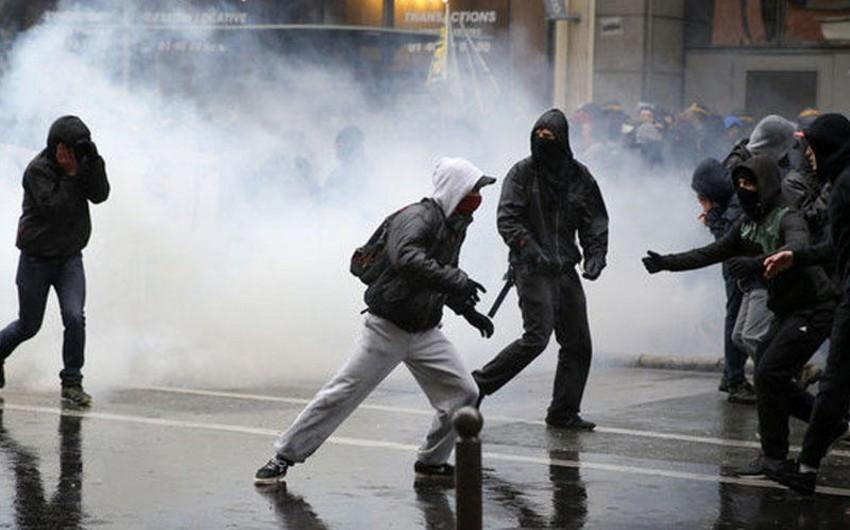 Fransada keçirilmiş etiraz aksiyası zamanı 13 polis əməkdaşı xəsarət alıb