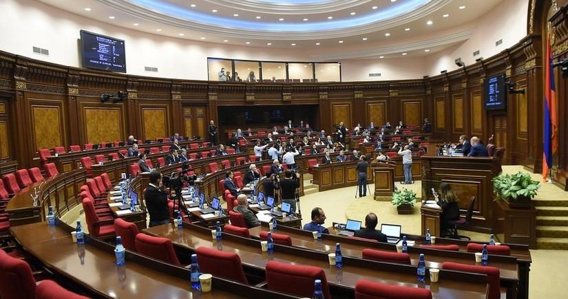 Ermənistan parlamentində dava düşüb