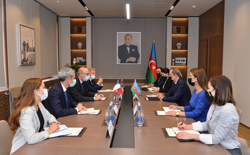 Azerbaijani FM receives French delegation